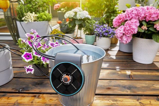 W ciepłych miesiącach rośliny na balkonach czy tarasach szczególnie potrzebują wody. Gdy wyjeżdżamy na wakacje, często musimy zostawić je pod opieką rodziny lub sąsiada, a przecież znalezienie osoby, której możemy powierzyć ukochane kwiaty