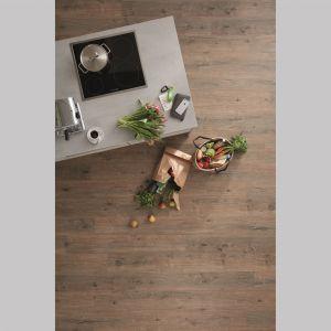 Podłoga w formie paneli to 36 dekorów imitujących drewno, w formacie płytek to 8 wzorów o optyce kamienia, a wśród 64 propozycji rozwijanych z rolki znalazły się zarówno powierzchnie jednokolorowe oraz dekory melanżowe, jak i przypominające drewniany parkiet. Cena: ok. 250 zł/m2. Fot. Wineo