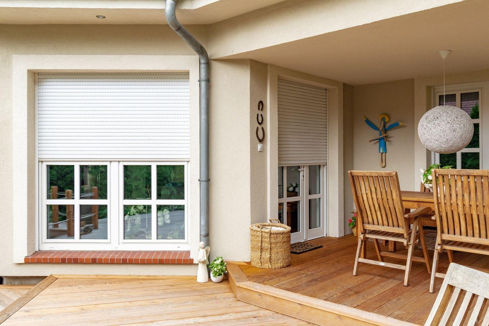 Osłony zewnętrzne tworząc barierę termiczną jeszcze przed szybą – na zewnątrz budynku, spowalniają wymianę ciepła i zabezpieczają dom przed nadmiernym nagrzewaniem się. Fot. MS więcej niż Okna