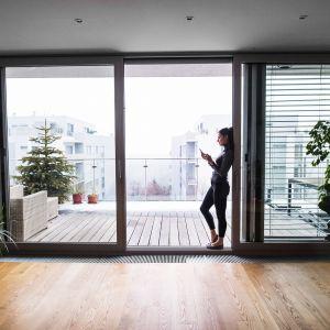 Żaluzje fasadowe mSun+ MS więcej niż OKNA montowane są w osłonach z blachy aluminiowej lub w skrzynkach kompaktowych PVC. Pozwalają na pełną regulację ułożenia lameli i dostosowanie do własnych preferencji stopnia nasłonecznienia. Fot. MS więcej niż Okna