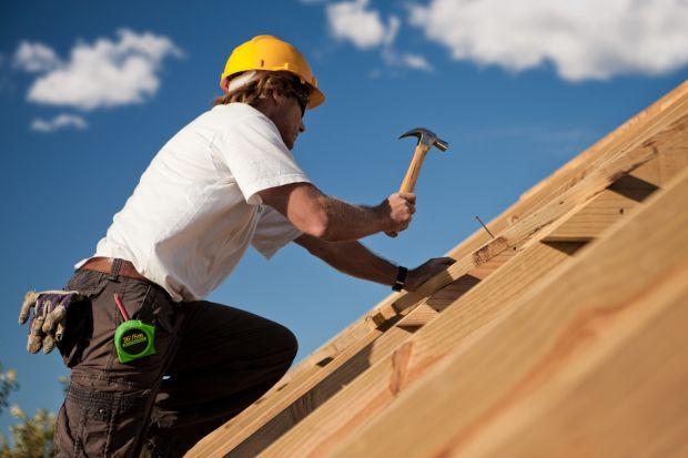 Blachodachówki są rozwiązaniem bardzo uniwersalnym. Warto wziąć je pod uwagę, budując lub remontując dom. Kształtem przypominają tradycyjną dachówkę, jednak są produkowane z innego surowca, jakim jest stal jakościowa.