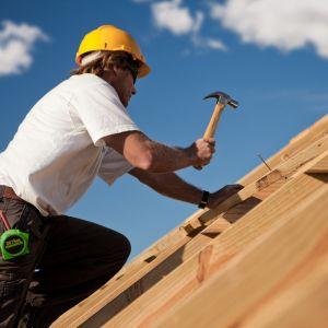 Blachodachówka jest pokryciem, które można zamontować właściwie na każdej więźbie. Istotny jest jednak wybór odpowiedniego formatu, który warunkuje sama konstrukcja dachu. Fot. AdobeStock