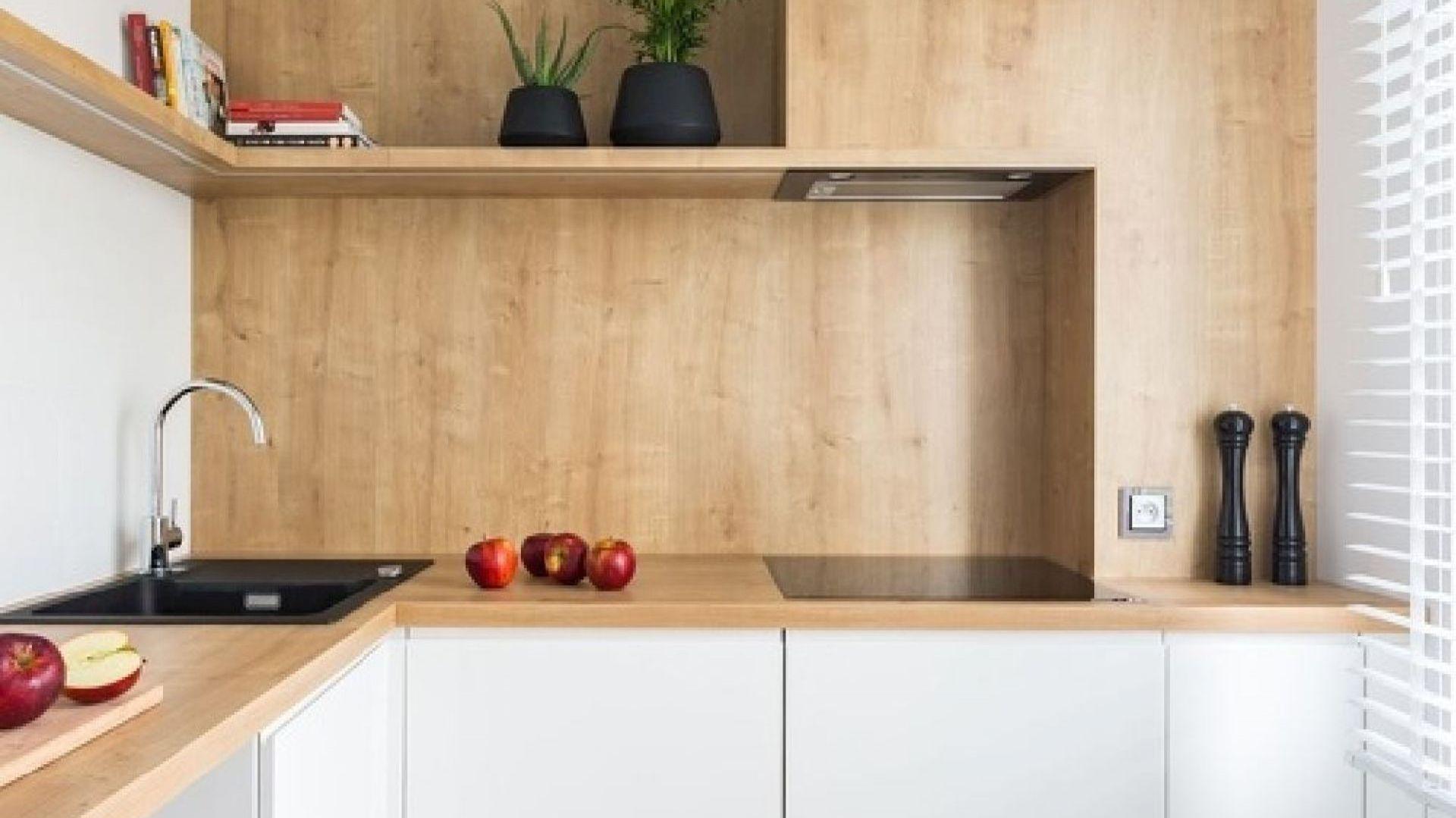 Fornir to okleina pochodzenia naturalnego posiadająca charakterystyczny dla drewna deseń, którego nie da się odwzorować za pomocą folii lub laminatu. Ok. 78 zł/m2. Fot. JAF Polska