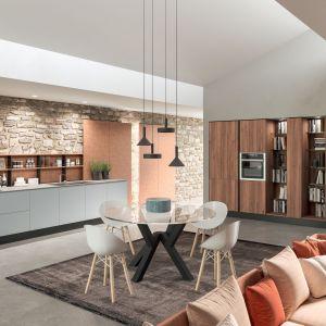 Współczesny styl, nieskończone możliwości personalizacji i wysoka jakość materiałów sprawiają, że kuchnia łatwo dostosowuje się do każdego kontekstu mieszkaniowego. Fot. ARAN Cucine Penelope