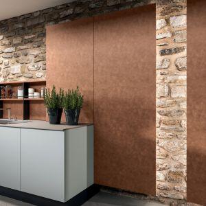 Wisienka na torcie są wbudowane w ścianę zamknięte szafy z terakotowymi frontami. Fot. ARAN Cucine Penelope