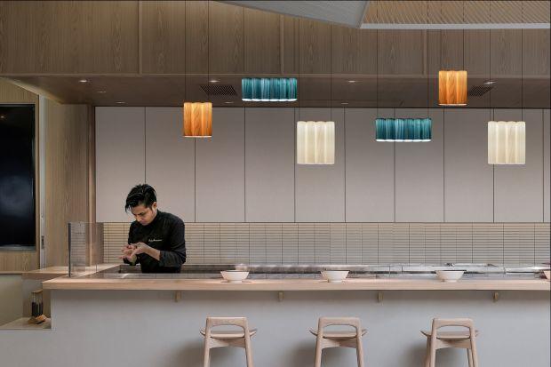 Lampy jak rozświetlone tomy książek - zobaczcie oświetleniową nowość, którą stworzył duet uznanych projektantów z Hiszpanii,Eduardo Villalón i Alberto Sanchez z MUT.