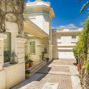 Główna rezydencja, wykonana z kamienia, stylizowana jest na klasyczną francuską architekturę lat dwudziestych XX wieku. Zdjęcia: Knight-Frank. Źródło: TopTenRealEstateDeals.com