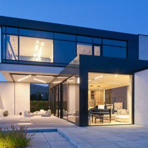 Równie pięknie dom prezentuje się nocą. Projekt: Marcin Tomaszewski, REFORM Architekt