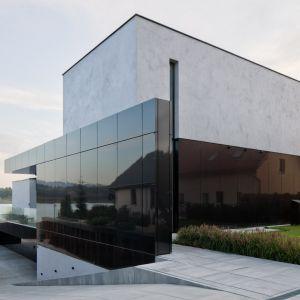Dom składa się z trzech kondygnacji: bryły piwnicznej, parteru,  oraz z piętra. Projekt: Marcin Tomaszewski, REFORM Architekt