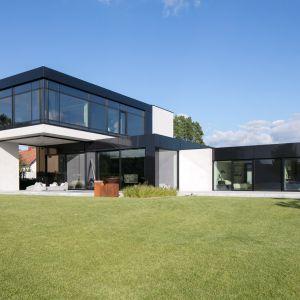 Nowoczesna bryła domu doskonale wpisuje się w dużą działkę o około 2.500 m². Projekt: Marcin Tomaszewski, REFORM Architekt