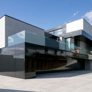 Każda z trzech kondygnacji jest jedną, zwartą bryłą, wyglądającą jak pudełka ponakładane jedno na drugim. Jednym, wzajemnym spięciem jest czarny, wejściowy dach. Projekt: Marcin Tomaszewski, REFORM Architekt