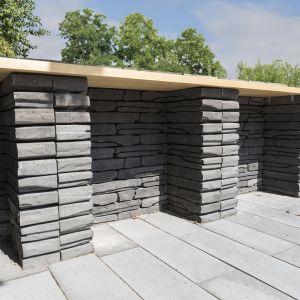 Murek Albero wygląda on niczym nowoczesna wersja dobrze znanych z Irlandii czy Toskanii murków granicznych, budowanych z układanych kolejno na sobie kamieni bez użycia zaprawy. Jest jednak zdecydowanie mniej pracochłonny w budowie, gdyż stawia się go z gotowych modułów. Fot. Polbruk