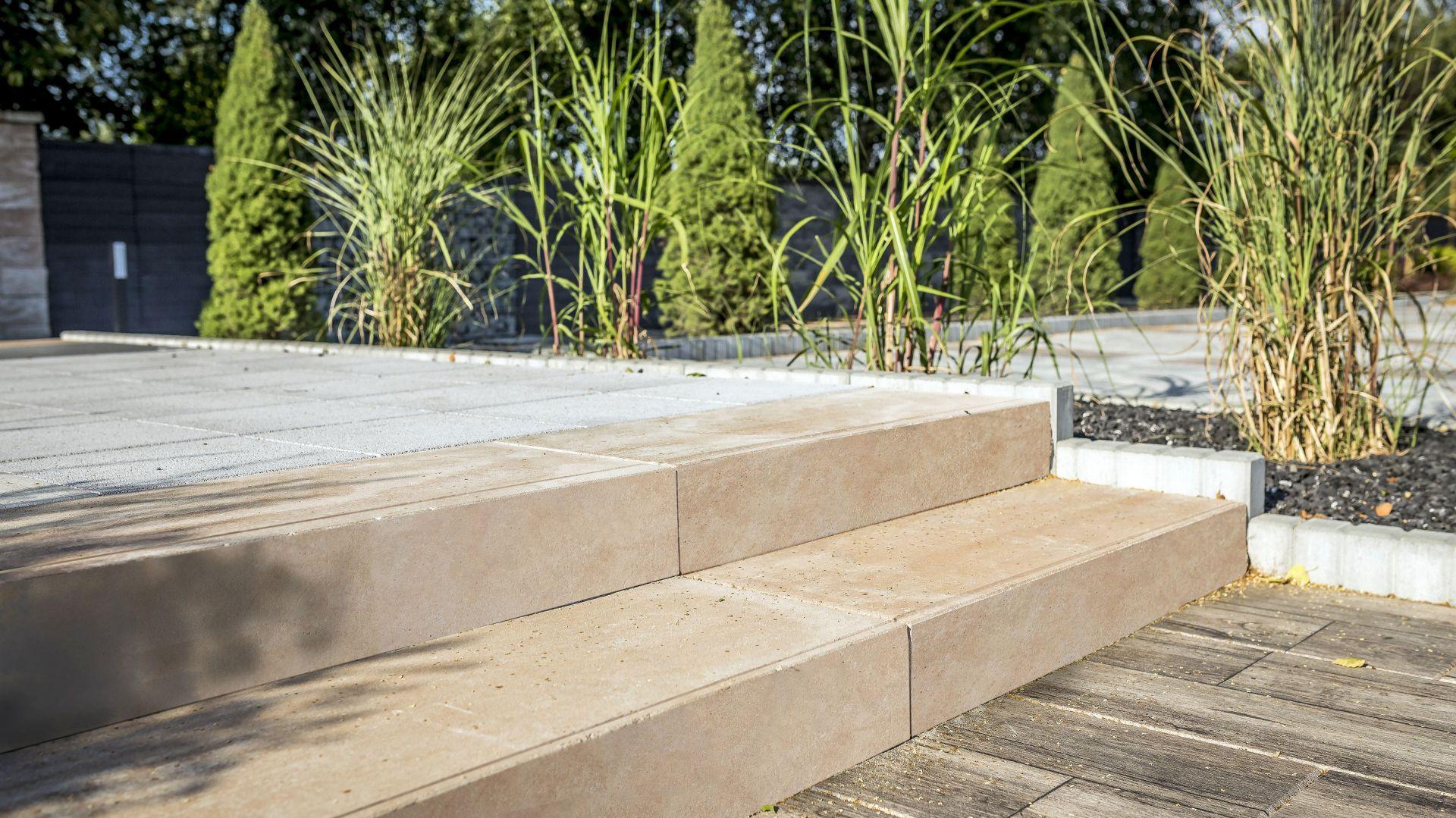 Polbruk Grando jest dostępny w kolorze grafitowym, paloma i piaskowym. Można z niego wznieść również obudowę dla ogrodowej fontanny lub oczka wodnego. Fot. Polbruk