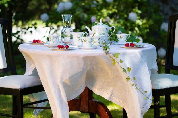 Jaki pięknie i z klasą udekorować stół na letni obiad czy kolację? Doskonale w tej roli sprawdzi się klasycznabiała porcelana ozdobiona subtelnymi kwiatami. Będzie pięknie.<br /><br />