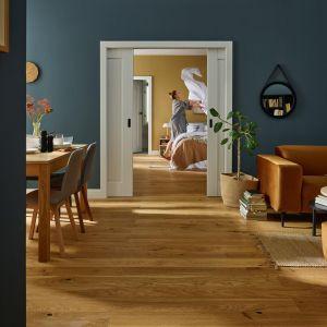 W małej sypialni świetnie sprawdzą się drzwi Fresto o prostym, minimalistycznym wzornictwie. Cena: od ok. 630 zł. Fot. Vox