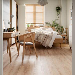 W sypialni czasami wystarczą jedynie drobne poprawki lub modyfikacje. Na przykład w krześle Uni możemy zmienić oparcie – te są dostępne w kilku kolorach, dzięki czemu możemy dopasować krzesło do nowej aranżacji sypialni bez kupowania nowego mebla. Cena: 649 zł. Fot. Vox