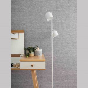 Ścianę za zagłówkiem łóżka możemy pokryć bardziej dekoracyjną tapetą albo wykorzystać wytrzymałe ściany dekoracyjne Kerradeco. Wzór Textile Tweed wprowadza miękkość tkanin na, a montaż paneli nie wymaga przeprowadzania czasochłonnego remontu. Cena: od 179 zł/m2. Fot. Vox