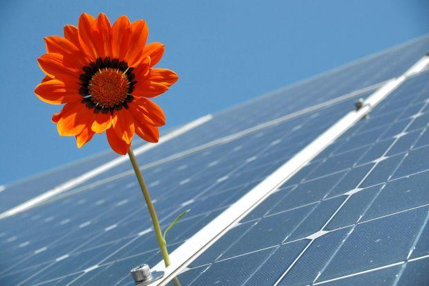 """Dzięki ulgom """"Mój prąd"""" i termomodernizacyjnym koszt paneli fotowoltaicznych jest dziś tańszy niż kiedykolwiek. Dlaczego warto zamontować je na swoim dachu? Jaki to koszt? Czy w Polsce jest wystarczająco dużo słońca? Rozprawiamy się�"""