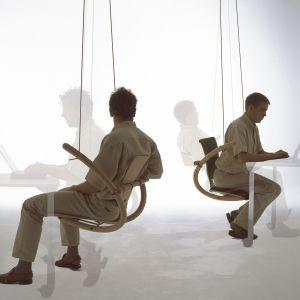 Krzesło Swing to innowacyjny pomysł na siedzisko. Jak na placu zabaw, a przy tym bardzo wygodnie, prawda? Marka: HAG/ Flokk. Projekt: Peter Opsvik