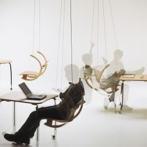 Krzesło Swing to innowacyjny pomysł na siedzisko. Jak na placu zabaw, a przy tym bardzo wygodnie, prawda? Marka: HAG/Flokk. Projekt: Peter Opsvik