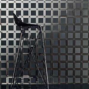 Mozaika Lucid Square Black składa się z 9 czarnych kwadratów, o drobnoziarnistej strukturze, z których każdy otoczony jest lustrzaną, połyskującą ramą, z mocno zarysowanymi krawędziami. Z kolei Lucid Black o kształcie sześciokąta, to wzór naprzemiennie wklęsłych i wypukłych trójkątów, które na ścianie dają pogłębiony efekt trójwymiaru. Lucid Square Black - 99,88 zł/szt.