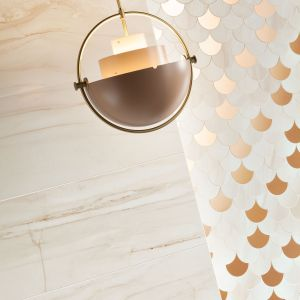 Dekoracje w stylu glamour widoczne są również w kolekcji Sheen Macieja Zienia, w skład której wchodzą aż trzy mozaiki ścienne. Sheen copper i Sheen white, nawiązują do formy łezki o charakterystycznej powierzchni lustrzanej, w odcieniu różowego złota. Sheen Copper - 99,88 zł/szt., Sheen White - 69,99 zł/szt.