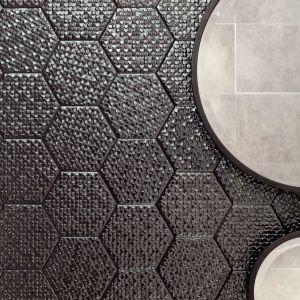 W kolekcji Terraform marki Tubądzin mozaika heksagonalna występuje w dwóch wariantach kolorystycznych, a strukturą przypomina drobne, połyskujące łuski, ułożone jedna obok drugiej. Sprawdzi się doskonale w klasycznych wnętrzach, jak również w surowych aranżacjach, tych nowoczesnych oraz tych w stylu wabi-sabi, podkreślających upływ czasu. Terraform - 39,98 zł/szt.
