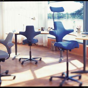 Krzesło Capisco zaprojektowane przez Petera Opsvika dla marki HAG/Flokk. Sercem krzesła  jest unikalny mechanizm, który porusza całe ciało nawet wtedy, gdy o tym nie myślimy. Fot. HAG/Flokk. Cena: od ok. 2 tys. zł