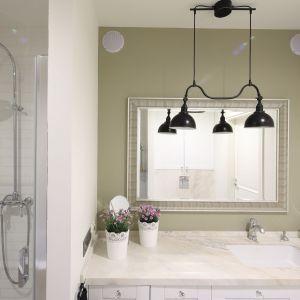 Jasne kolory i duże lustro w ozdobnej ramie sprawiają, że łazienka jest  przestronna, ale i elegancka. Projekt: Laura Sulzik. Fot. Bartosz Jarosz