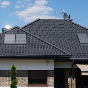 Jeśli podczas montażu połaci wymagane będą liczne docinki dachówek, to warto wcześniej rozważyć zakup modeli barwionych w masie. Na zdjęciu: dachówka Premion: czarna,  angobowana. Fot. Creaton