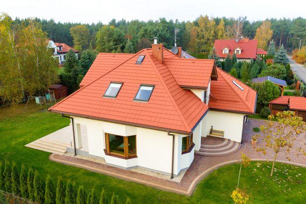 Wybór kształtu dachu to bardzo ważna decyzja, którą musi podjąć każdy inwestor budujący dom. Warto ją dobrze przemyśleć. Kształt dachu wpływa bowiem na estetykę budynku, odporność połaci na działanie pogody oraz na koszt całej inwestyc