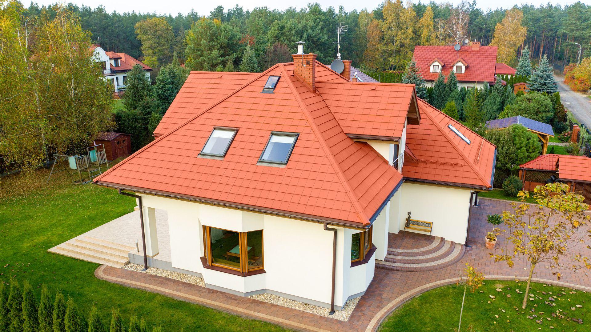 Dachówki pulpitowe skutecznie i trwale, w przeciwieństwie do obróbek blacharskich, chronią dach przed wnikaniem pod połać deszczu i zanieczyszczeń. Na zdjęciu: dachówka Kapstadt w czerwonym kolorze. Fot. Creaton