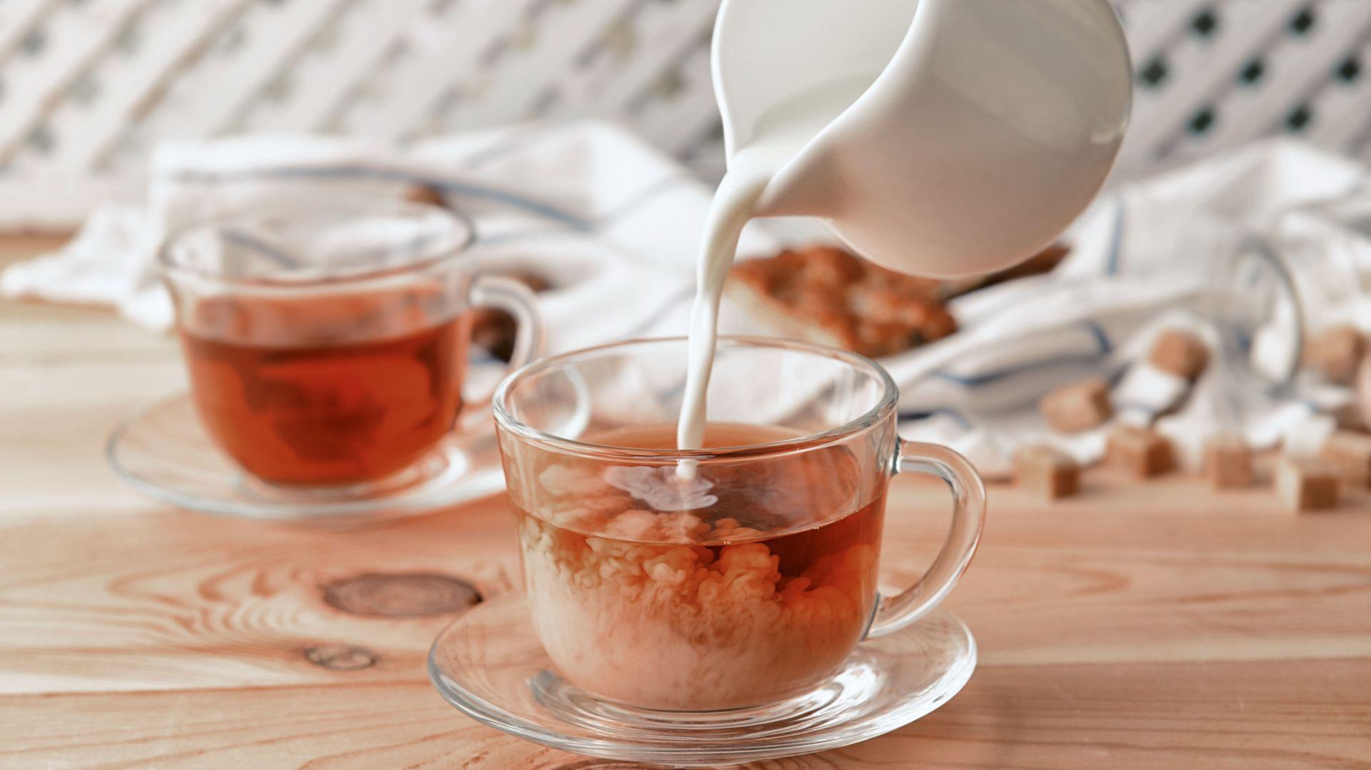 Dziś historyczna herbata z mlekiem prezentuje swoje zupełnie nowe oblicze. Na Zachodzie zaczyna zastępować popularną caffè latte, stanowiąc łagodniejszą w smaku wersję ulubionego, mlecznego naparu. Fot. English Tea Shop Polska