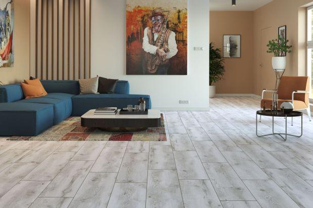 Na podłodze w saloniedoskonale sprawdzą się zarówno płytki ceramiczne, panele, jak i drewno. Każdy z tych materiałów oferuje wręcz nieograniczone możliwości aranżacyjne, a jedynym ograniczeniem jest nasza wyobraźnia.