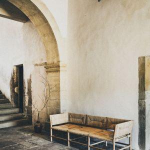 """Radassié w dialekcie prowansalskim oznacza """"wypoczywać. Produkowany w pełni zrównoważony sposób w 100% ręcznie mebel. Drewno pochodzi z okolicznych lasów dębowych, siedzisko - z trzcin znad Rodanu. Fot. mat. prasowe Midi"""