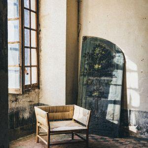 Fotel Fautuei wykonany z naturalnych materiałów i tradycyjną techniką przez ostatniego jej znawce w Camargue. . Fot. mat. prasowe Midi