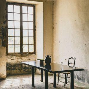 Midi to młoda rzemieślnicza pracownia zrównoważonych ekologicznie mebli z Prowansji, założona przez francuskiego architekta wnętrz, Jérémie du Chaffaut. Fot. mat. prasowe Midi