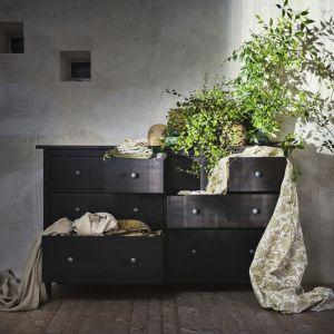 Elegancka czarnobrązowa komoda Hemnes najlepiej prezentuje się w sypialni. W meblu tym, o wysokość 96 cm, zaprojektowano 8 szuflad różnej wielkości. 999 zł. Fot. IKEA