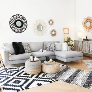 Dekoracją ścian są nie tylko obrazy, plakaty i zdjęcia! Pamiętajmy o ozdobnych lustrach, kinkietach, zegarach, makatkach, kwietnikach. Fot. WestwingNow.pl