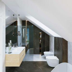 Duża, rodzinna łazienka na poddaszu. Szacunkowy koszt budowy: 249.783 zł (stan surowy zamknięty). Projekt wykonano w Pracowni HomeKONCEPT