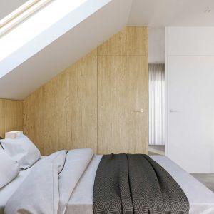 Przy sypialni małżeńskiej znajduje się garderoba. Szacunkowy koszt budowy: 249.783 zł (stan surowy zamknięty). Projekt wykonano w Pracowni HomeKONCEPT