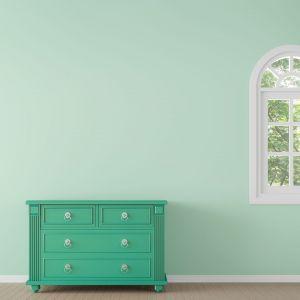 Zielona komoda to jeden z coraz bardziej widocznych trendów we wnętrzach. Farba do drewna Blask Koloru, ok. 58 zł/0,5 l. Fot. Liberon