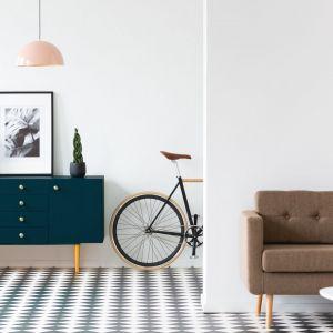 Własnoręcznie pomalowany kolorowy mebel np. komoda może zupełnie odmienić aranżację. Farba do drewna Blask Koloru, ok. 58 zł/0,5 l. Fot. Liberon