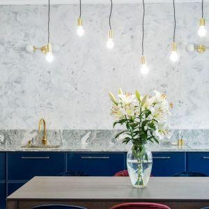 Dolne szafki w kolorze classic blue zestawione z bielą wysokiej zabudowy. Projekt: Deer Design. Fot. Marta Wołosz-Molenda