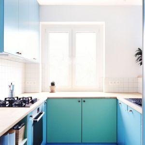 Niewielka kuchnia w bloku dzięki kolorowym frontm staje się nowocześniejsza i bardziej przytulna. Projekt Atelier Starzak Strebicki. Fot. Danil Daneliuk