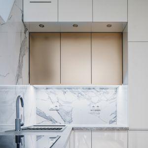 W kuchni zadbano o bardzo dobre oświetlanie. Projekt i zdjęcia: Magdalena Opitek