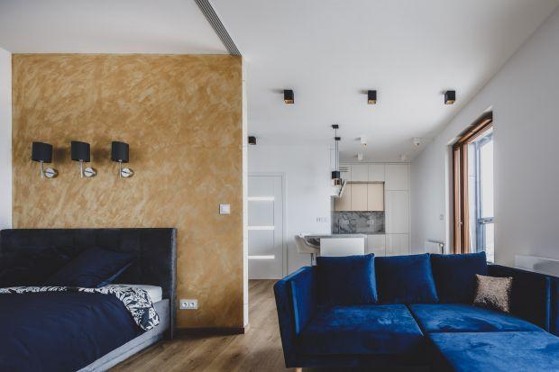 Główną ideą było stworzenie jasnego mieszkania z dodatkami złota, któremimo niewielkiego metrażu będzie nowoczesne i wygodne.
