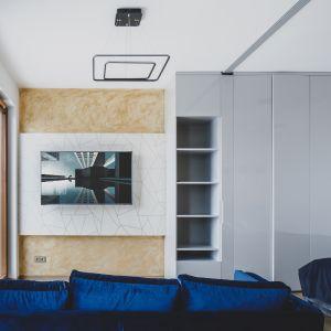 Wnętrze jest jasne i nowoczesne. Bazę aranżacji stanowią spokoje kolory i gładkie faktury. Projekt i zdjęcia: Magdalena Opitek