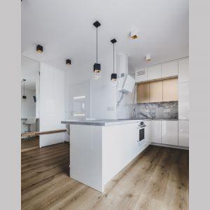 Otwarta została zaprojektowana tak, aby nie oddzielać kuchni od części jadalni, ale także tworzyć całość ze strefą wypoczynkową. Projekt i zdjęcia: Magdalena Opitek