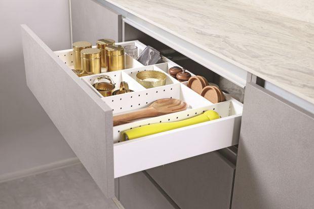 Jak utrzymać porządek w kuchennych szafkach na dłużej? Pomogą w tym akcesoria meblowe: ramy, przegrody i wkłady do szuflad.
